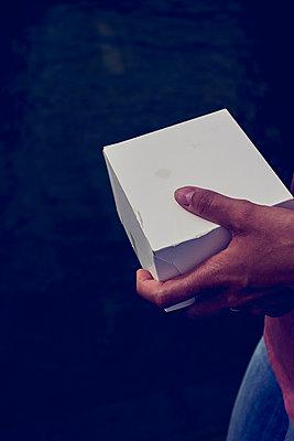 Kleine weisse Schachtel - p900m1172479 von Michael Moser