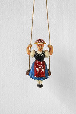 Frau auf einer Schaukel - p1028m856863 von Jean Marmeisse
