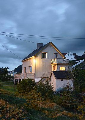 Beleuchtetes Haus bei Nacht - p1124m1165650 von Willing-Holtz