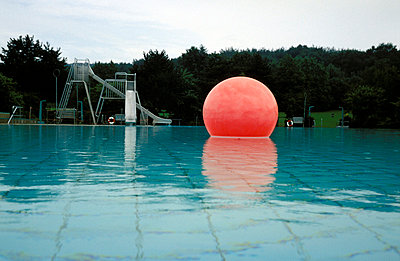 Roter Ballon im Wasser - p2200083 von Kai Jabs