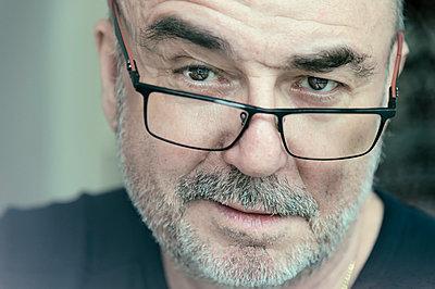 Portrait of senior man, thoughtful, glasses - p300m1113339f by Frank Röder