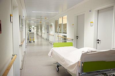 Germany, Freiburg, View of bed in empty hospital corridor - p300m2213690 by Heinz Linke