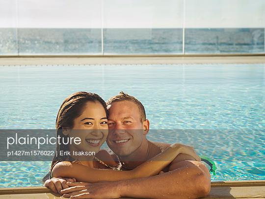 plainpicture - plainpicture p1427m1576022 - Portrait of couple embracin... - plainpicture/Tetra Images/Erik Isakson