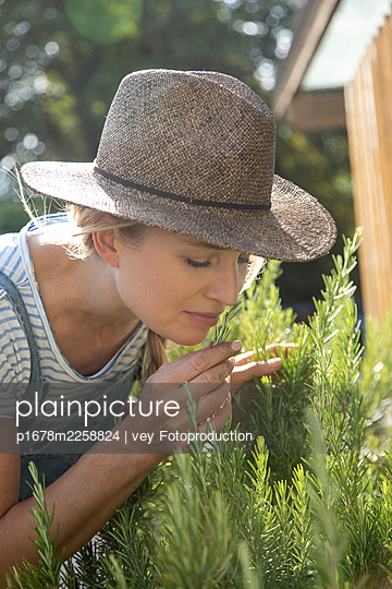 Woman working in her garden - p1678m2258824 by vey Fotoproduction
