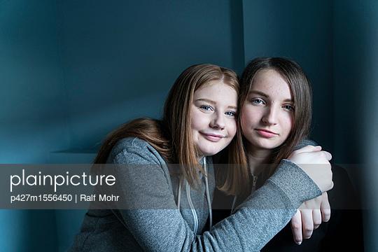 Beste Freundinnen - p427m1556450 von Ralf Mohr