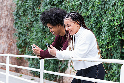 Barcelona, Spain. Student couple enjoying the city. Student, couple, city, young, ethnic couple, mixed race, afro american, hair style, latin, young, street, university, team, technology. - p300m2267145 von NOVELLIMAGE