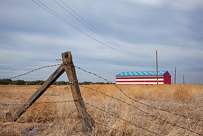 Scheune in patriotischen Farben - p712m1466318 von Jana Kay