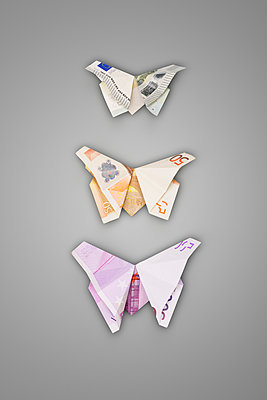 Three butterflies from banknotes - p715m1196389 by Marina Biederbick