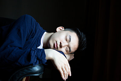 Young Asian man, sleeping, portrait - p817m2167973 by Daniel K Schweitzer