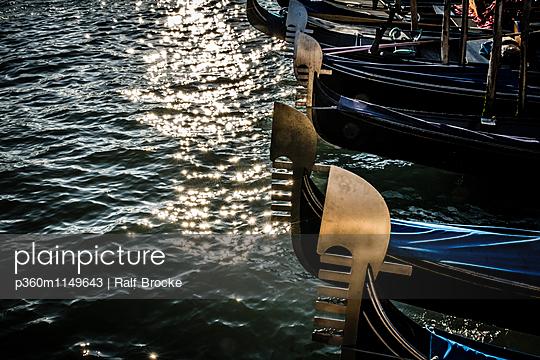 Gondeln in Venedig - p360m1149643 von Ralf Brocke