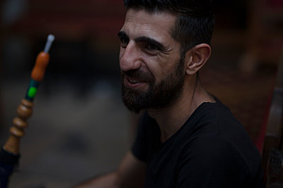Mann in einer Shisha-Bar - p045m1486678 von Jasmin Sander