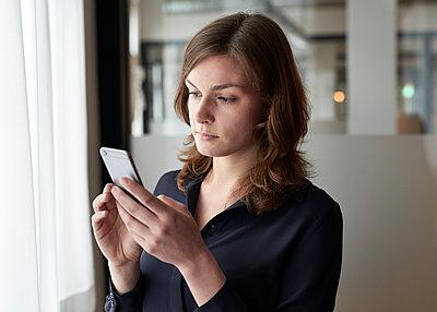 Frau mit Smartphone - p1124m1208713 von Willing-Holtz