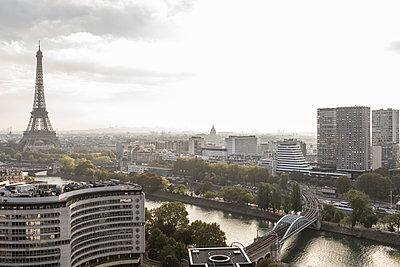 Sur les toits de Paris - p1329m2161170 by T. Béhuret