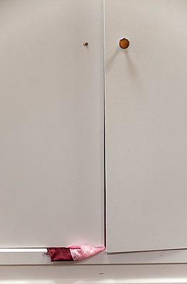 Seidenschal klemmt in einer Schranktür - p240m1196414 von Valerie Wagner