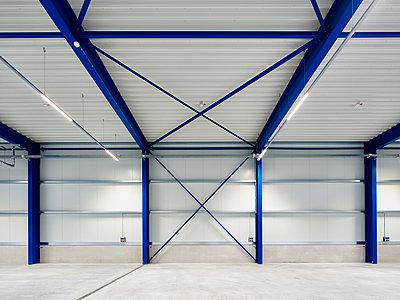 Logistics centre empty hall  - p280m1137373 by victor s. brigola