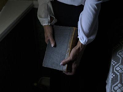 Woman holding book - p945m1163022 by aurelia frey