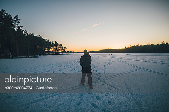 Sweden, Sodermanland, man walking on frozen lake Navsjon in winter - p300m2004774 von Gustafsson