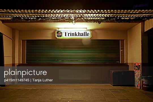 Geschlossener Kiosk bei Nacht - p415m1149745 von Tanja Luther