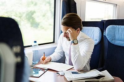 Geschäftsmann arbeitet im Zug - p1114m1159777 von Carina Wendland
