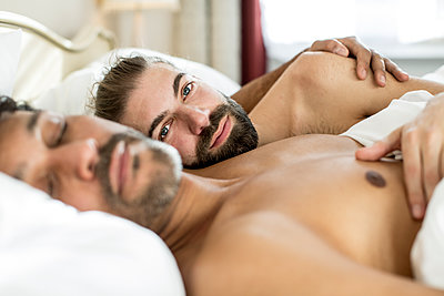 Gay couple in bedroom - p787m2115247 by Forster-Martin