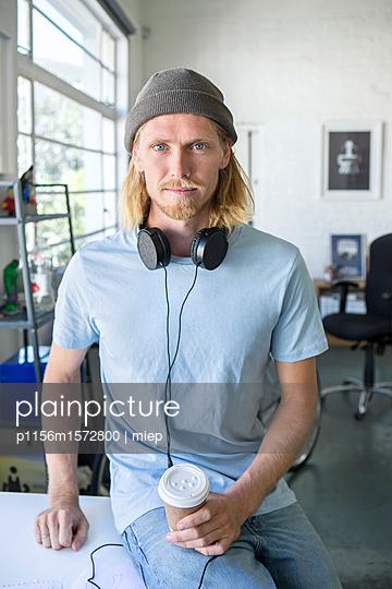 Mann mit Mütze - p1156m1572800 von miep
