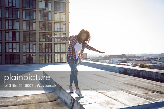 Young woman on a rooftop - p1315m2118007 by Wavebreak