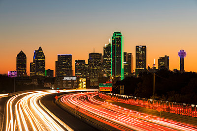 USA, Texas, Dallas, skyline and Tom Landry Freeway, Interstate 30 at night - p300m1450090 by Fotofeeling