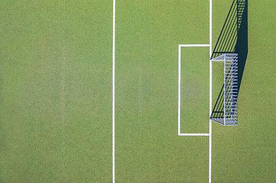 Deutschland, Bayern, München, Luftaufnahme oder Drohnenaufnahme von einem Fussballplatz, Fussballfeld, Kunstrasen - p300m2144121 von Michael Malorny