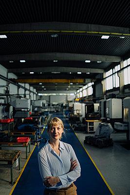 Portrait of a confident businesswoman in a factory - p300m2170442 by Kniel Synnatzschke