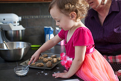 Grandmother and granddaughter baking cookies - p429m859762 by Robyn Breen Shinn