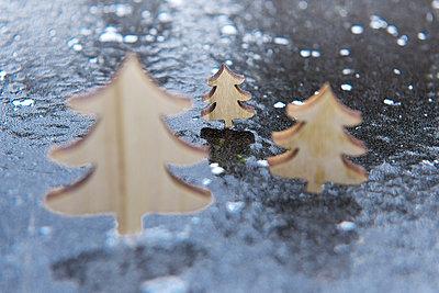 Weihnachtsbäume aus Holz - p533m1573816 von Böhm Monika