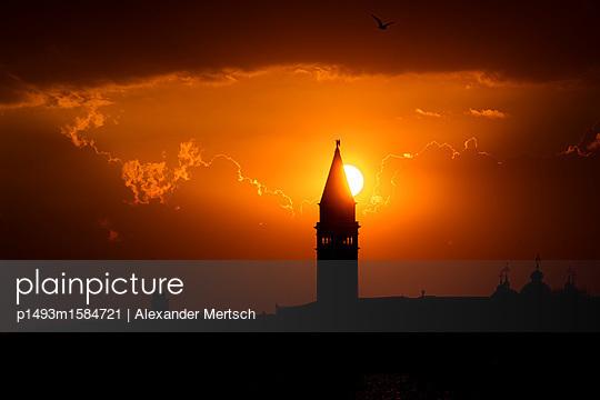 Sonnenuntergang hinter dem Campanile vom Markusplatz, Venedig - p1493m1584721 von Alexander Mertsch