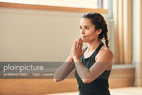 Woman practices yoga - p1555m2134621 by TIMO TAARPI
