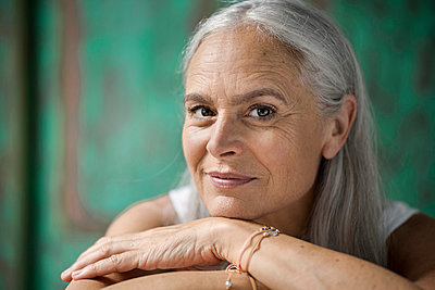 Portrait of a beautiful senior woman - p300m1536055 by Steve Brookland