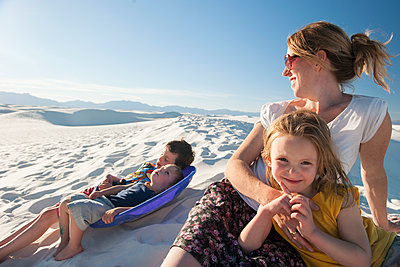 Family relaxing together at White Sands National Monument, New Mexico, USA - p624m1174326 by Jerome Gorin