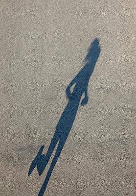 Schattenläuferin - p8240080 von jochen leisinger