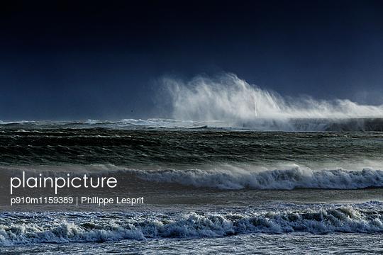 Bandungswellen an der Küste  - p910m1159389 von Philippe Lesprit