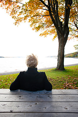 Rear view of woman overlooking river in Autumn. - p1328m1165899 by Pierre Desrosiers