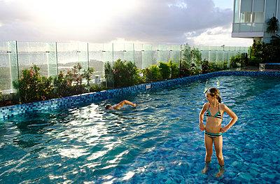Im Pool - p218m2064944 von Sylvia Westermann