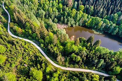 Germany, Baden-Wuerttemberg, Schurwald, Aerial view of road at Herrenbach reservoir - p300m1587199 by Stefan Schurr