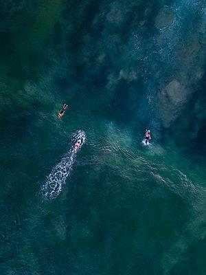 Indonesia, Bali, Aerial view of Dreamland beach, three surfers from above - p300m2042590 von Konstantin Trubavin