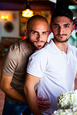 Portrait of gay couple in a bar - p300m2167375 by DREAMSTOCK1982