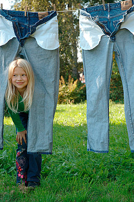 Little girl between jeans - p3100124 by Astrid Doerenbruch