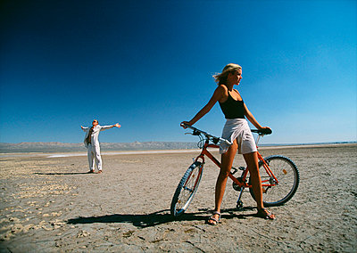 Young woman with mountainbike in the desert USA. - p31221632f by Per Eriksson