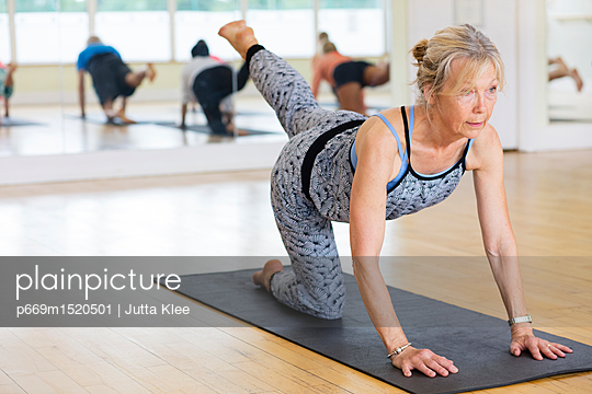 plainpicture | Photo library for authentic images - plainpicture p669m1520501 - Yoga Class - plainpicture/Ableimages/Jutta Klee
