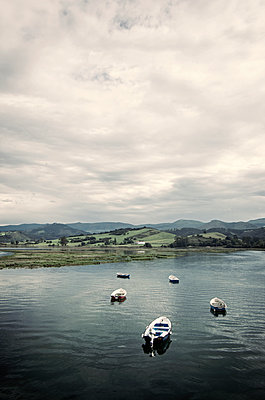 Boote auf Fluss - p1443m1503274 von SIMON SPITZNAGEL