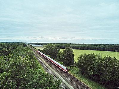 Zug und sommerliche Landschaft - p1573m2178917 von Christian Bendel