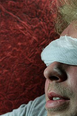 Mann mit Augenbinde - p4500376 von Hanka Steidle