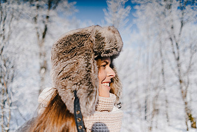 Young woman in winter clothing in snowy landscape - p586m2005074 by Kniel Synnatzschke