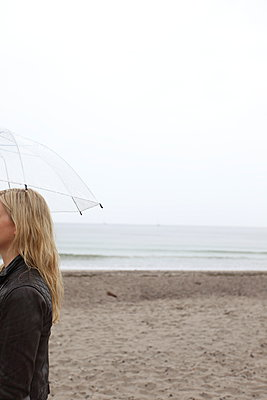Frau unter Regenschirm - p045m1004313 von Jasmin Sander